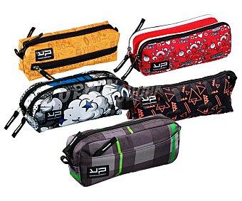Bodypack Estuche portatodo plano con estrutura de tela, dos bolsillos con cierres de cremallera y de bonitos y coloridos diseños BODYPACK. Este producto dispone de distintos modelos o colores. Se venden por separado SE SURTIRÁN SEGÚN EXISTENCIAS