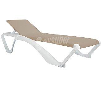 RESOL Tumbona apilable para jardín modelo Aqcua. Fabricada en resina de color blanco, recubierta de textileno con protección UV, de color arena y ruedas para un transporte más cómodo 1 unidad