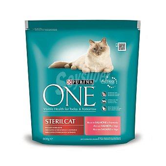 One Purina Alimento para gatos rico en salmón y trigo para gatos esterilizados Envase de 800 g