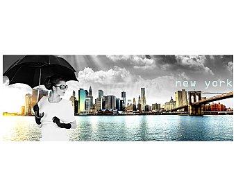 IMAGINE Cuadro con la imagen de una mujer son paraguas y de fondo el skyline de Manhattan iluminado con la luz del amanecer y dimensiones de 30x80 centímetros 1 unidad