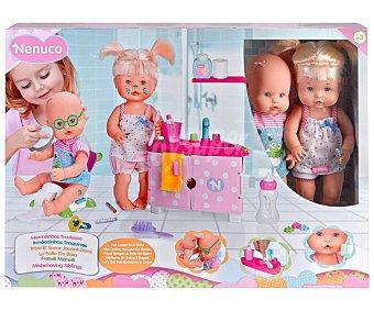 NENUCO Hermanitos traviesos Muñecos bebés en el baño, incluye accesorios NENUCO.